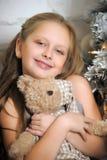 拥抱玩具熊的女孩 免版税库存照片