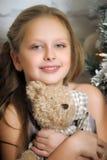 拥抱玩具熊的女孩 库存照片