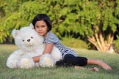 拥抱玩具熊的女孩 库存图片