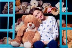 拥抱玩具熊的孕妇 免版税库存图片
