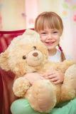 拥抱玩具熊的小女孩 免版税图库摄影