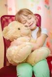 拥抱玩具熊的小女孩 库存照片