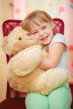 拥抱玩具熊的小女孩 免版税库存图片