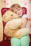 拥抱玩具熊的小女孩 库存图片