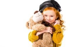 拥抱玩具熊的微笑的红色头发孩子 库存照片