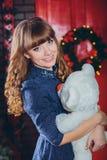 拥抱玩具的女孩 免版税库存照片