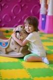 拥抱玩具马的女孩 免版税库存图片