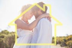 拥抱由路的有吸引力的夫妇的综合图象 免版税库存图片