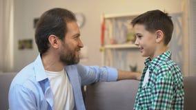 拥抱男小学生儿子、家庭关心和信任的联系的中年父亲 股票视频