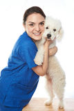 拥抱白色狗的医生 免版税图库摄影