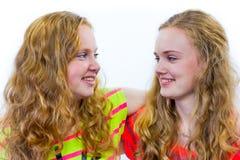 拥抱的两个十几岁的女孩 图库摄影