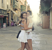 拥抱的两个朋友 免版税库存照片