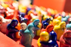 拥抱的可爱的陶瓷图 免版税库存图片