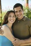 拥抱的夫妇户外 免版税库存图片