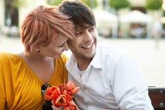 拥抱的夫妇户外 免版税库存照片