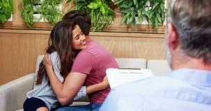 拥抱的夫妇,当咨询医生时 股票视频