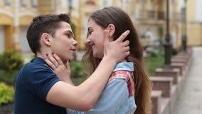 拥抱的富感情的年轻夫妇 影视素材