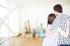 拥抱的所有者,当看移动的箱子在新的家时 免版税库存照片