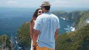 拥抱的新婚佳偶年轻夫妇,挥动,在背景,慢动作的海景 股票视频