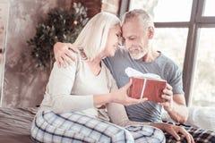 拥抱的正面年长夫妇画象  免版税库存照片