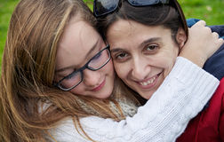 拥抱的母亲和的女儿户外 免版税库存照片