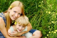 拥抱的母亲和的孩子外面 免版税库存照片