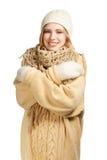 拥抱的温暖的衣物的微笑的妇女 免版税库存照片