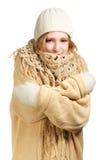 拥抱的温暖的衣物的微笑的妇女 免版税图库摄影