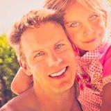 拥抱的父亲和的女儿 免版税图库摄影