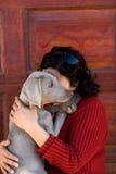 拥抱的狗宠物妇女 免版税库存照片