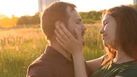 拥抱的美好的浪漫夫妇走在庭院里 年轻人按了他面对面她的朋友 影视素材