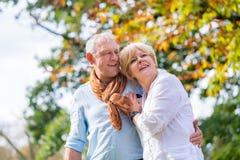 拥抱的老人和妇女在爱 免版税库存图片