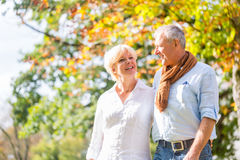 拥抱的老人和妇女在爱 图库摄影