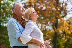 拥抱的老人和妇女在爱 库存照片