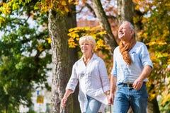 拥抱的老人和妇女在爱 免版税库存照片
