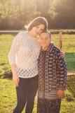 拥抱祖母的少妇户外 免版税库存照片