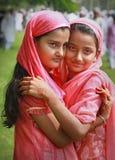 拥抱穆斯林二ul的逗人喜爱的eid fitr女孩 免版税库存图片