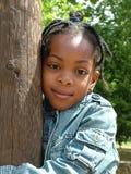 拥抱结构树的女孩 免版税图库摄影