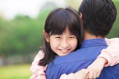 拥抱美丽的小女孩拥抱她的父亲 免版税库存照片