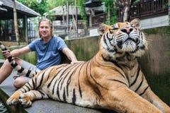 拥抱老虎的人 免版税库存照片
