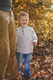 拥抱腿的小男孩 免版税库存照片