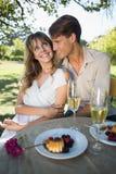 拥抱逗人喜爱的夫妇,当在日期时 免版税图库摄影