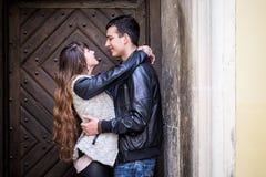 拥抱门的浪漫夫妇 免版税库存照片
