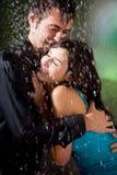 拥抱雨的夫妇下 免版税库存图片