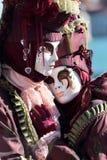 拥抱面具夫妇在威尼斯狂欢节的  免版税库存图片