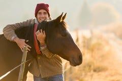 拥抱马的人 免版税库存照片
