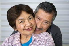 拥抱高级微笑的夫妇 免版税库存照片