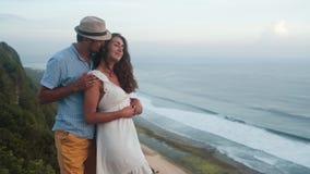 拥抱,亲吻和挥动在海洋背景,慢动作的结合恋人 股票视频