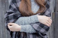 拥抱,当冷气候 库存图片