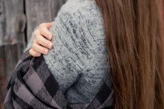 拥抱,当冷气候 免版税库存照片